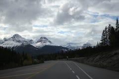 Estrada vazia às montanhas fotos de stock