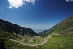 Estrada vazia cercada por montanhas Foto de Stock Royalty Free
