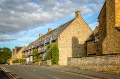 Estrada vazia com casas de campo da pedra calcária Fotos de Stock Royalty Free