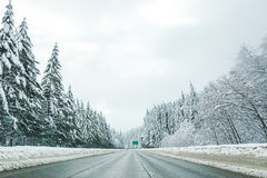 A estrada vazia com nível alto da neve cobriu a paisagem em mares do inverno Fotos de Stock Royalty Free
