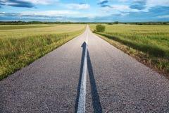 Estrada vazia com uma sombra na fôrma da seta Imagens de Stock Royalty Free
