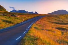Estrada vazia em Noruega, Europa Curso do por do sol Foto de Stock Royalty Free
