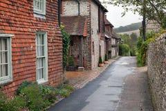 Estrada vazia em uma vila inglesa tradicional Imagens de Stock