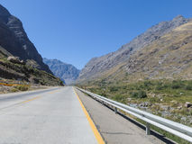 Estrada vazia entre as montanhas Fotografia de Stock