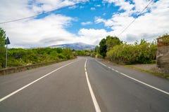 Estrada vazia infinita bonita ao vulcão Etna na ilha de Sicília fotografia de stock
