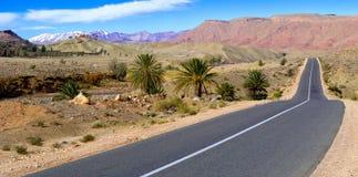 Estrada vazia nas montanhas do atlas, Marrocos Imagens de Stock Royalty Free
