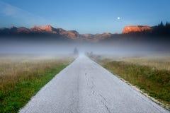 Estrada vazia nas montanhas no alvorecer imagem de stock