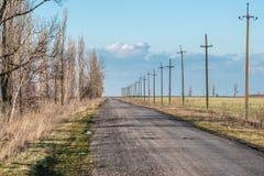 Estrada velha contra o céu com nuvens Fotos de Stock Royalty Free