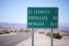 Estrada velha do sinal da rota 40 a Mendoza no norte de Argentina Foto de Stock