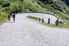 Estrada velha que conduz à passagem do St Gotthard Fotos de Stock Royalty Free