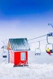 Estrada vermelha da casa e do cabo, estância de esqui Tzahkadzor, Armênia Foto de Stock