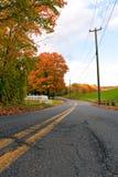 Estrada vibrante da folhagem de outono foto de stock royalty free