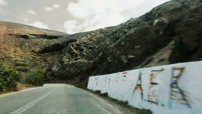 Estrada vista do interior do carro que move-se na alta velocidade ao longo da estrada curvy da montanha vídeos de arquivo