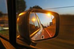 Estrada vista no vidro traseiro de uma condução de carro em uma estrada em Bélgica fotos de stock royalty free