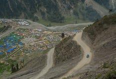 Estradas da montanha com muitas barracas em Manali, Índia Fotos de Stock Royalty Free