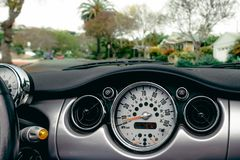 Estradas de California do tanoeiro do velocímetro desportivo do carro mini fotografia de stock royalty free
