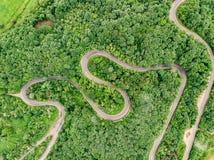 Estradas de cima da estrada de enrolamento extrema na antena vi das montanhas Imagem de Stock Royalty Free