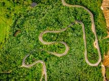 Estradas de cima da estrada de enrolamento extrema nas montanhas Fotografia de Stock