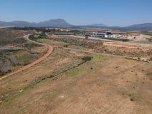 Estradas de exploração agrícola com Mountain View distantes imagem de stock