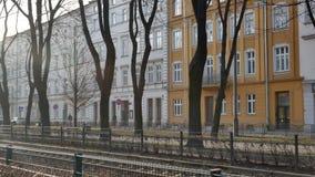 Estradas de ferro do bonde em Krakow no por do sol - bandeja filme