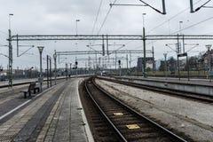 Estradas de ferro do trem com fios e pontes do metal imagens de stock