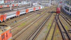 Estradas de ferro em Novosibirsk Sibéria, Rússia A locomotiva de desvio vai à câmera filme
