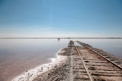 Estradas de ferro na água foto de stock royalty free