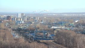 Estradas de ferro de Timelapse na zona industrial perto dos planos residental Recipientes com os bens no dep?sito de frete vídeos de arquivo
