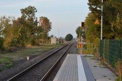 Estradas de ferro vazias no fundo do céu do por do sol foto de stock