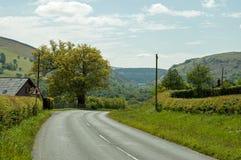 Estradas do verão no vale da disposição de Powys, Gales imagens de stock