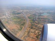 Estradas e cidade da janela de Airbus no céu Foto de Stock Royalty Free
