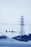 Estradas e torre urbanas da eletricidade Foto de Stock