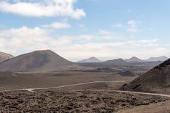 Estradas em surpreender a paisagem vulcânica do parque nacional de Timanfaya, Lanzarote, Ilhas Canárias fotos de stock