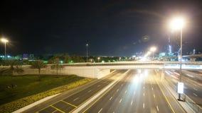 Estradas transversaas altas do tráfego na cidade de Dubai filme