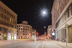 Estradas transversaas da noite - luz vermelha, Copenhaga, Dinamarca Imagem de Stock Royalty Free