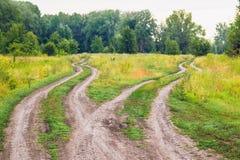 Estradas transversaas, dois sentidos diferentes no campo Fotografia de Stock