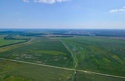 Estradas transversaas e campos Foto de Stock Royalty Free