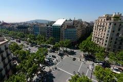 Estradas transversaas largas no centro de Barcelona imagens de stock