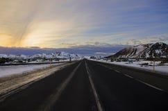 Estradas vazias, quietas, calmas, limpas, bonitas, espetaculares tradicionais de Islândia entre paisagens do conto de fadas A est foto de stock