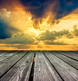 Estrade faite de planches en bois sur le ciel avant coucher du soleil photographie stock libre de droits