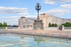 Estrade teater och berömt hus på Emankment i Moskva Royaltyfri Foto