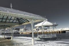 Estrado de la orquesta congelado en el embarcadero Imagen de archivo libre de regalías