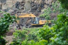 Estraendo dall'escavatore Backhoe Digger in foresta immagine stock