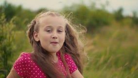 Estraga uma menina com cabelo longo video estoque
