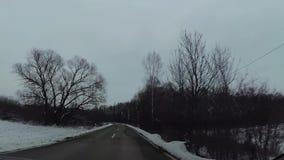 Estralle la cámara en el coche, nieve en la carretera almacen de video