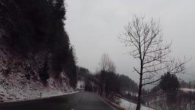 Estralle la leva en la conducción de automóviles en centros turísticos austríacos del cielo metrajes