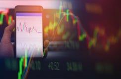 Estrangeiros do smartphone do uso do homem de negócios tela dos dados da placa ou do mercado de bolsa de valores de troca em linh fotografia de stock royalty free