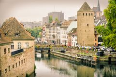 Estrasburgo, Alsacia, Francia La mitad tradicional enmaderó casas de Petite France imagenes de archivo