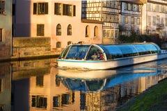 Estrasburgo, canal del agua en el área de Petite France La mitad enmaderó hou imagen de archivo