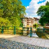 Estrasburgo, canal del agua en el área y el puente, la UNESCO de Petite France fotos de archivo